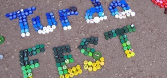 Dopuri de plastic colorate  folosite in arta