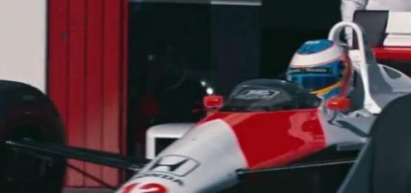 Fernando Alonso aos comandos do MP4-4 de Senna