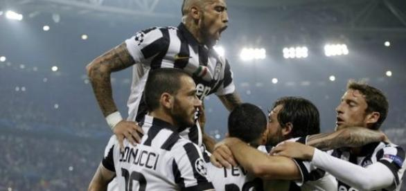 Jogadores da Juventus comemoram o gol da vitória