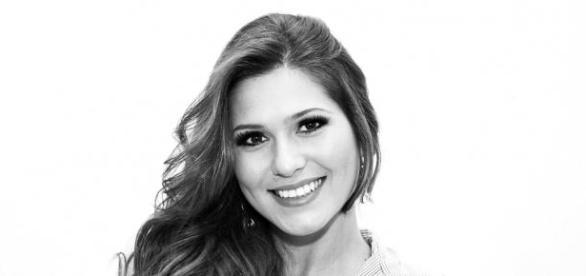 Lívia Andrade sofre acidente e carro capota