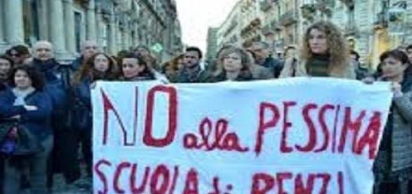 Manifestanti allo sciopero generale della scuola
