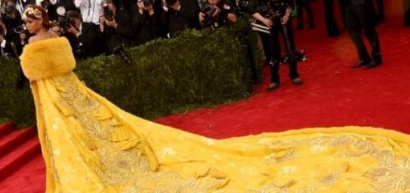 O vestido teatral de Rihanna
