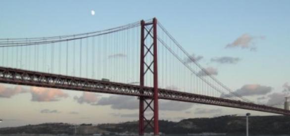 Ponte 25 de Abril encerrada após ameaça de bomba