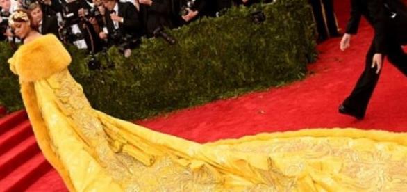 Rihanna abusa da criatividade em vestido longo
