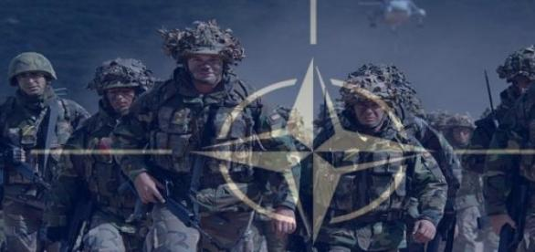 Efectiv militar NATO și sigla NATO