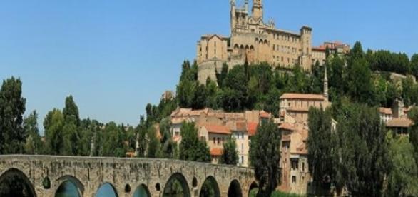La catedral y el Pont Vieux de Béziers (Francia).