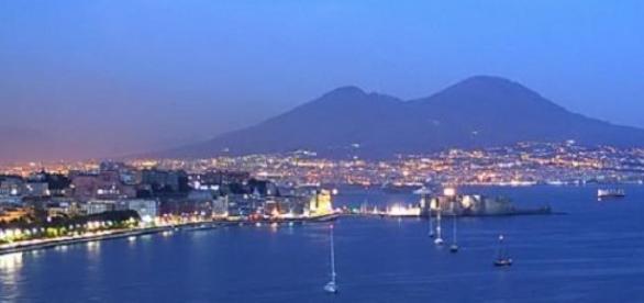 Napoli, situat la poalele vulcanului Vezuviu