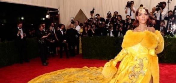 Rihanna com o seu atraente vestido