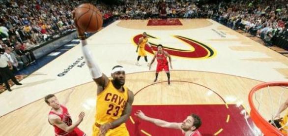 Lebron James comandou o Cavaliers contra o Bulls