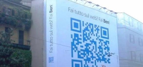 Código QR de tamaño monumental en Milán.