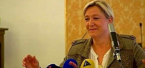 Marine Le Pen ironicznie się uśmiecha ...
