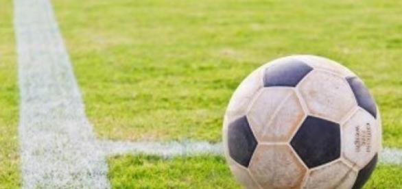 Balón de fútbol sobre la linea del córner
