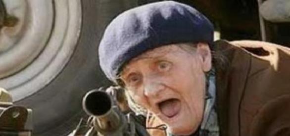O bătrână și-a amenințat  vecinii cu pușca