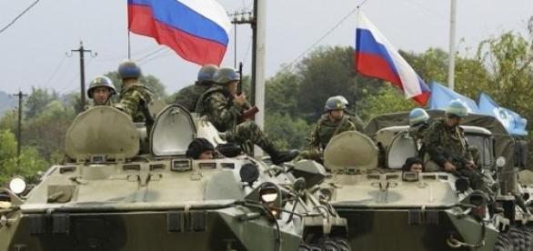 Ruşii fac paradă la graniţă, românii la păcănele