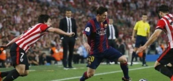 Messi encara a sus oponentes camino del gol.