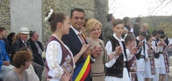 Românii își redescoperă portul tradițional