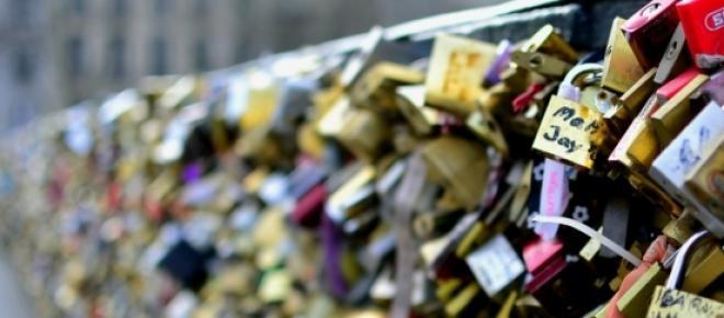 Cadeados do Amor sobre a Pont des Arts em Paris