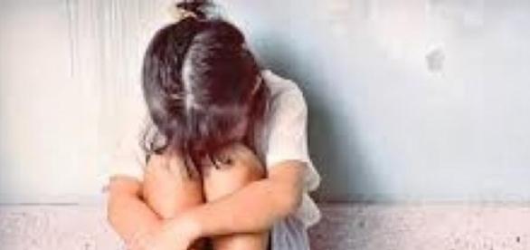 Minoră abuzată sexual de  tatăl vitreg