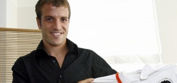 Van der Vaart posa con la camiseta del Valencia.