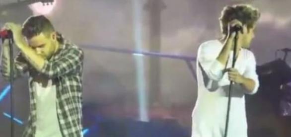 Liam Payne muito comovido ao lado de Niall Horan