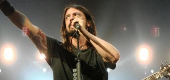 Grohl soportó el dolor y no suspendió el concierto