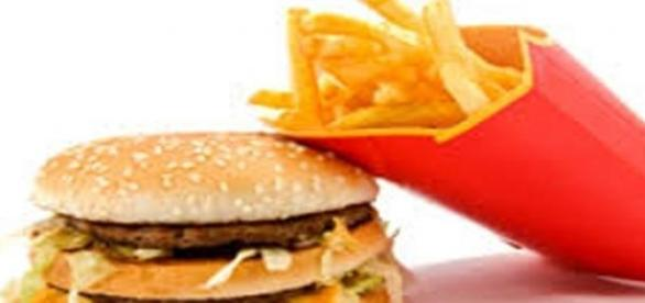 Hambúrguer e batata frita, o tradicional fast food
