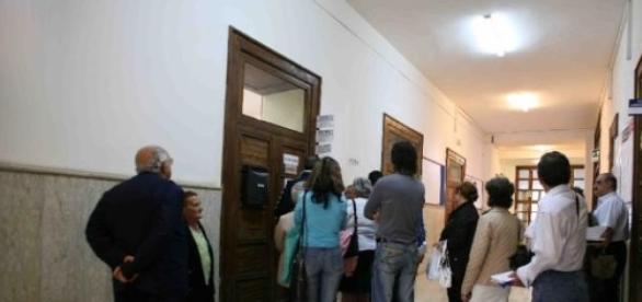 Cittadini al voto in una scuola
