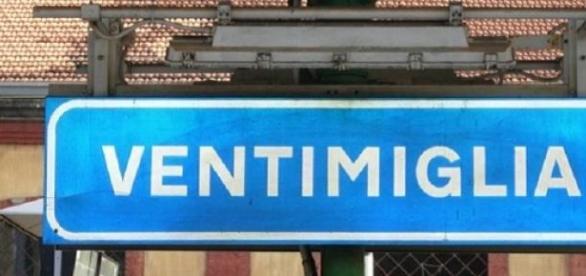 Il cartellone di Ventimiglia alla stazione treni