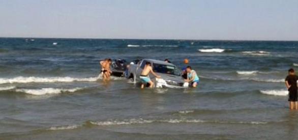 Jeep blocat în Marea Neagră