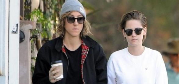 Kristen Stewart e a namorada passeando em LA.