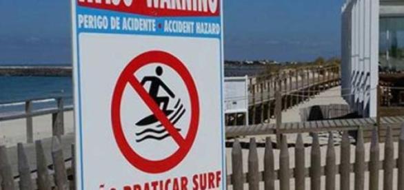 Placa de sinalização na Praia da Barra