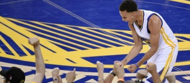 Curry célèbre après une fin de match folle