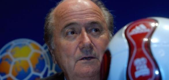 Fotografía de Blatter junto a una pelota