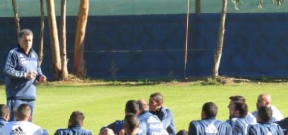 Martino hará dos cambios para jugar con Uruguay
