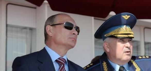 Vladimir Putin flancat de un general rus