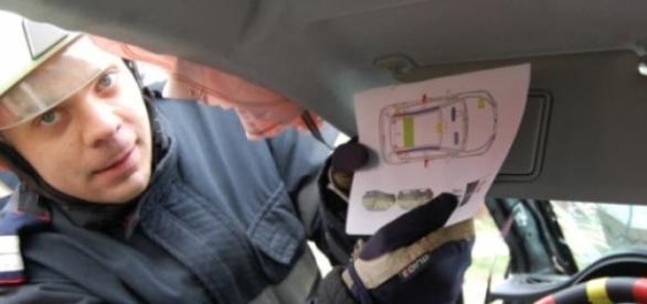 """Un pompier găsind """"Cartea de salvare la bord"""""""