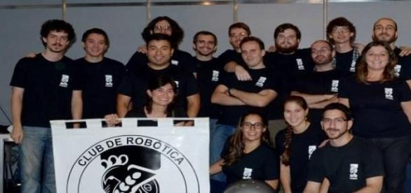 El Club de Robótica con su robot llamado Marciano