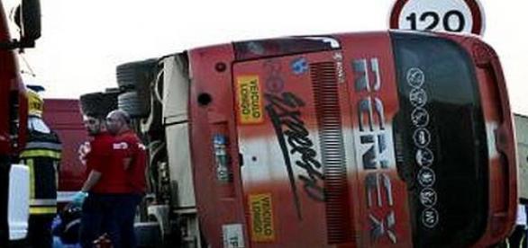 Autocarro ficou tombado na estrada