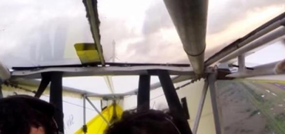 El inesperado copiloto, aferrado al ala.