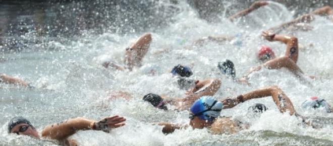 Biagioli nadando en el Pelotón