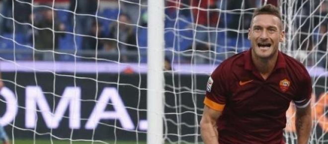 Totti esulta dopo un gol con la sua Magica