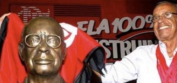 Carlinhos e seu busto, na Gávea