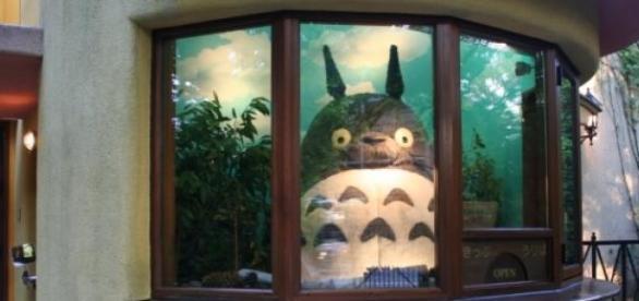 Réplica del personaje de Totoro, en la entrada