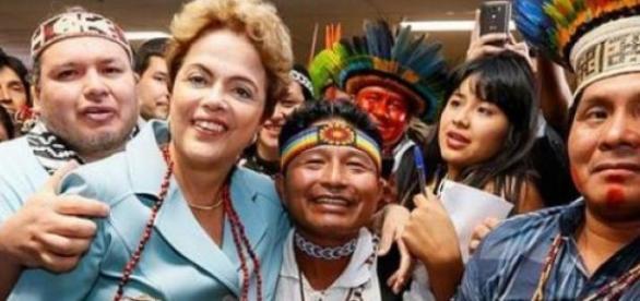 Dilma e índios saúdam a mandioca