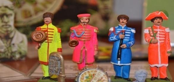 Pequeños muñecos de cerámica de la banda