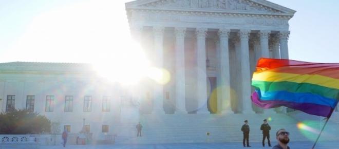 Activista LGBT frente ao Supremo Tribunal dos EUA