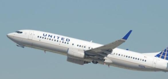 Aeronave da United Airlines levantando voo