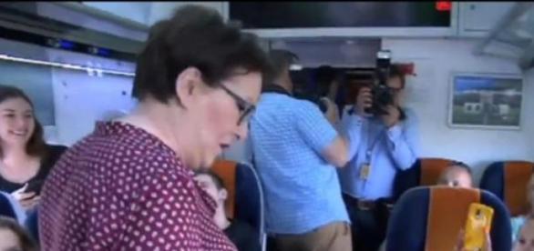 Ewa Kopacz wsiadła do pociągu (print scrn TVN24)