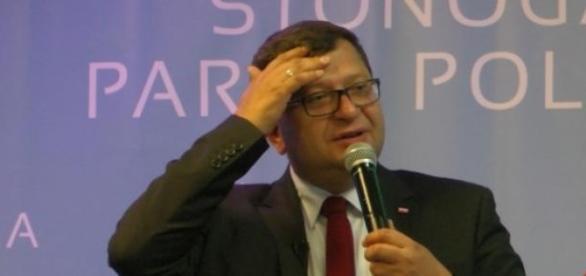 Zbigniew Stonoga przemawia w hali EXPO XXI
