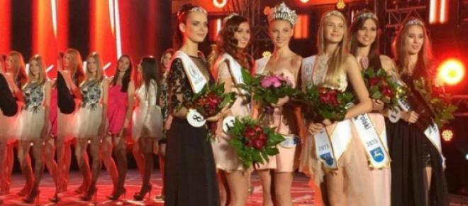 Maja Sieroń ma 14 lat. Właśnie została Miss Polski Nastolatek 2015! Konkurs Miss odbywa się od 1992 roku, co roku. Uczestniczkami są nastolatki, które marzą o karierze w tego typu konkursach piękności.